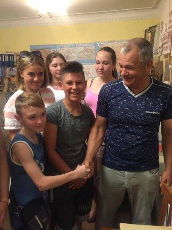 Петро Озеров з відвідувачами музею, фото з ФБ-профілю пана Петра